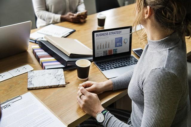 Mujer trabajando oficina ordenador