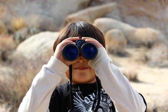 Niño que mirar con prismáticos