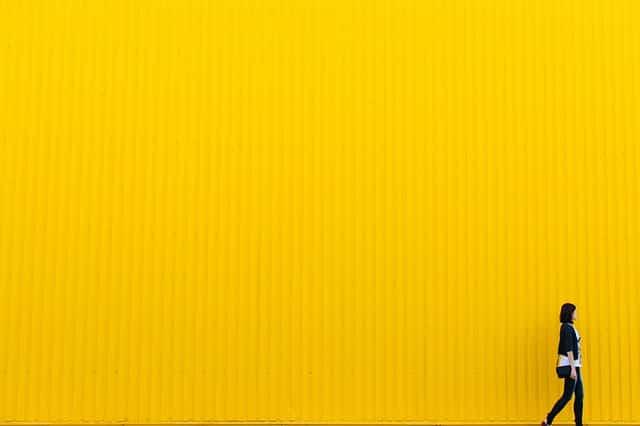 Persona sobre fondo amarillo