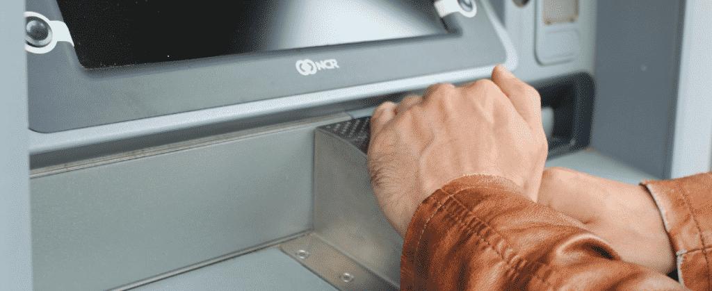 Usuario de un cajero automático usando su tarjeta de crédito